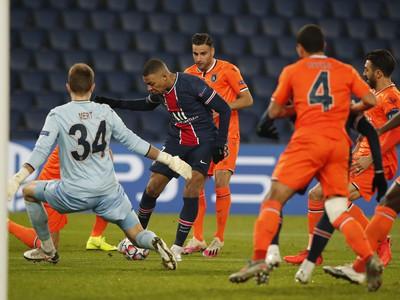 Momentka zo zápasu PSG - Basaksehir