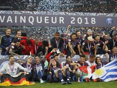 Na snímke hráči PSG počas osláv zisku Francúzskeho pohára