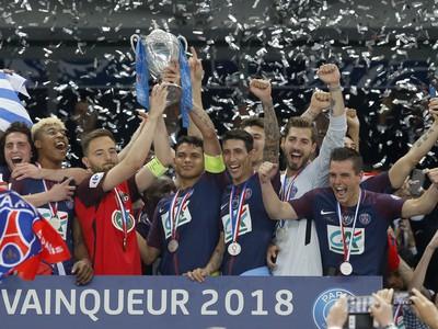 Kapitán PSG Thiago Silva (uprostred vpravo) a kapitán tímu Les Herbiers Sebastien Flochon (uprostred vľavo) držia pohár počas osláv zisku Francúzskeho pohára