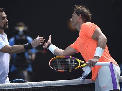Rafael Nadal si pod�va ruku s porazen�m Fabiom Fogninim