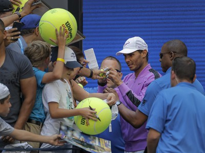 Rafael Nadal rozdáva fanúšikom autogramy po vyradení Hyeona Chunga