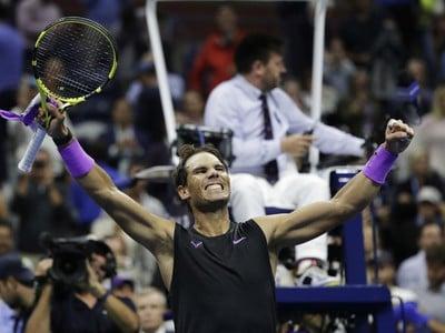 Rafael Nadal zo Španielska oslavuje po tom, čo porazil Mattea Berrettiniho