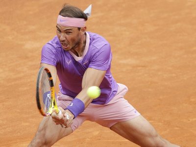 Španielsky tenista Rafael Nadal odvracia loptičku Srbovi Novakovi Djokovičovi
