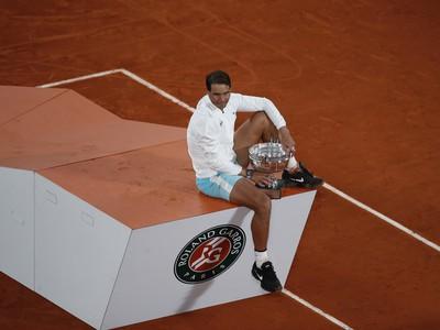 Španielsky tenista Rafael Nadal pózuje s trofejou pre víťaza Roland Garros