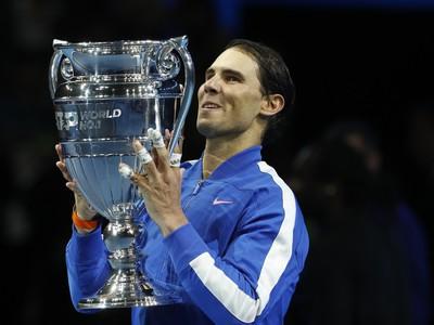 Rafael Nadal s trofejou pre koncoročného lídra svetového rebríčka