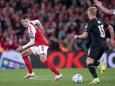 Dánsky futbalista Andreas Christensen (vľavo) a rakúsky futbalista Marco Grüll počas zápasu