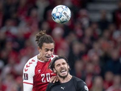 Dánsky futbalista Yussuf Poulsen (vľavo) a rakúsky futbalista Christopher Trimmel v súboji