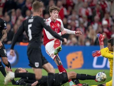 Dánsky futbalista Andreas Skov Olsen (uprostred) strieľa na rakúskeho brankára Daniela Bachmanna