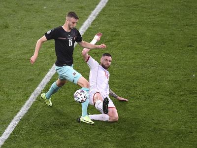 Saša Kalajdzič a Darko Velkovski v súboji o loptu