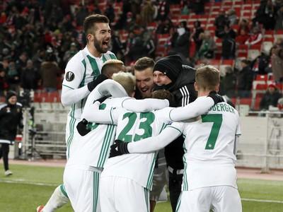 Hráči Rapidu oslavujú gól