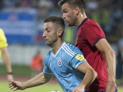 Na snímke vľavo hráč Slovana Andraž Šporar a Mateo Barač (Rapid Viedeň)