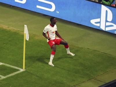 Hráč Lipska Amadou Haidara reaguje po tom, ako strelil druhý gól v zápase H-skupiny 6. kola skupinovej fázy Ligy majstrov RB Lipsko - Manchester United