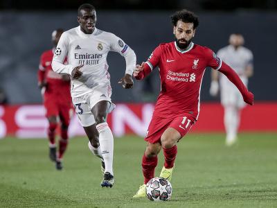 Mohamed Salah (vpravo) kontroluje loptu pri Ferlandovi Mendymu