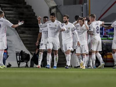 Hráči Realu Madrid oslavujú druhý gól Marca Asensia v zápase štvrťfinále Ligy majstrov
