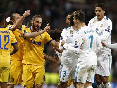 Gonzalo Higuaín a Cristiano Ronaldo v semifinálovom zápase Ligy majstrov