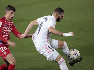 Karim Benzema kontroluje loptu pred Albertom Soroom