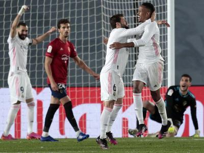 Hráči Realu Madrid oslavujú gól do siete Osasuny