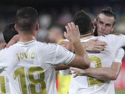 Gareth Bale oslavuje gól so spoluhráčmi