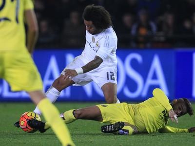 Marcelo Vieira (v strede) v súboji o loptu s Ericom Baillym
