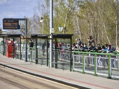 Na snímke ľudia sledujú nakrúcanie videa tímom Red Bull na Starom moste v Bratislave