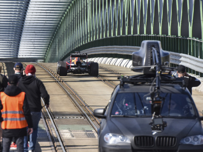 Na snímke monopost formuly 1 počas nakrúcania videa tímom Red Bull na Starom moste v Bratislave