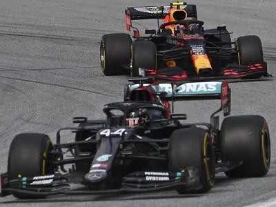 Na snímke v popredí britský pilot formuly 1 a obhajca titulu majstra sveta Lewis Hamilton na Mercedese  a za ním Alexander Albon na Red Bulle