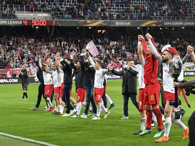 Hráči Red Bull Salzburg oslavujú postup do semifinále Európskej ligy