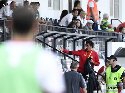 Tréner AS Trenčín Ricardo Moniz (uprostred) usadzovaný na tribúnu