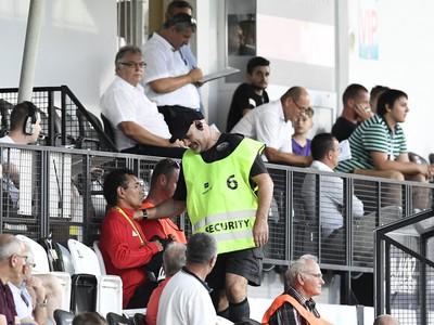 Tréner AS Trenčín Ricardo Moniz (uprostred) usadený na tribúnu
