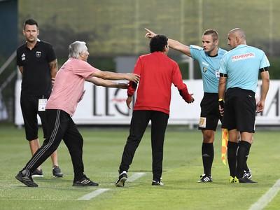 Rozhodca posiela po červenej karte Martina Šuleka na tribúnu aj trénera Ricarda Moniza
