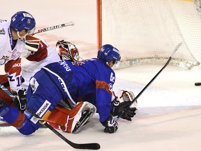 Na snímke vpravo slovenský útočník Richard Pánik strieľa vyrovnávajúci gól na 1:1 v zápase Euro Hockey Challenge v ľadovom hokeji Slovensko - Česko