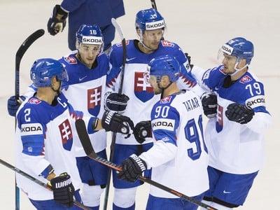 Na snímke slovenskí hokejisti zľava kapitán Andrej Sekera, Róbert Lantoši, strelec gólu Richard Pánik, Tomáš Tatar a Libor Hudáček
