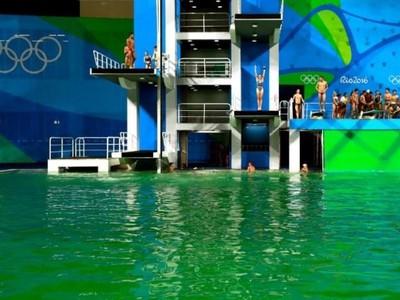 Zelená voda v Riu