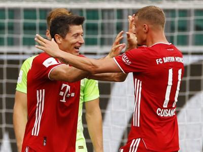 Mickael Cuisance a Robert Lewandowski oslavujú gól Bayernu