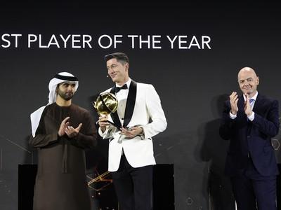 Poľský futbalista Robert Lewandowski s trofejou najlepšieho hráča roka 2020