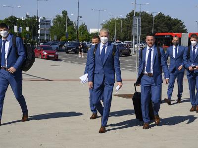Na snímke slovenskí futbaloví reprezentanti, zľava Dušan Kuciak, Stanislav Lobotka, Ondrej Duda, Róbert Mak, Marek Hamšík a Tomáš Hubočan pred odletom do Petrohradu