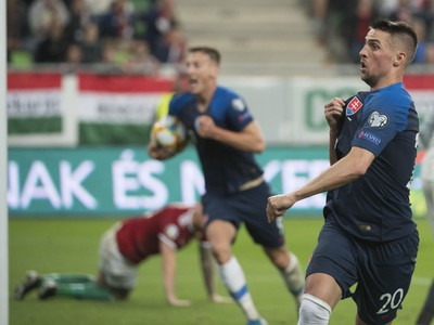 Na snímke vpravo hráč Slovenska Róbert Mak oslavuje svoj úvodný gól v zápase kvalifikácie EURO 2020 vo futbale v E-skupine Maďarsko – Slovensko