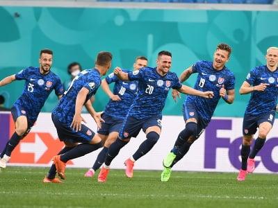 Slovenskí futbalisti oslavujú gól