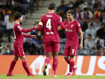 Roberto Firmino oslavuje strelený gól so spoluhráčmi z Liverpoolu