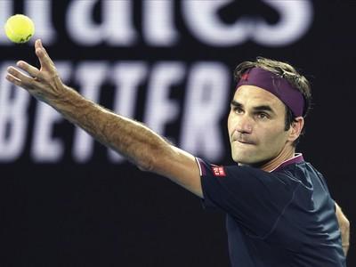 Roger Federer pri podaní