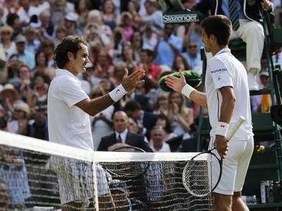 Roger Federer podáva ruku