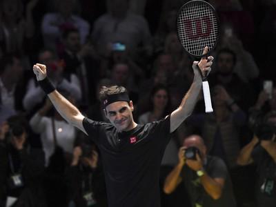 Roger Federer sa raduje z výhry nad Novakom Djokovičom