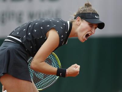 Česká tenistka Markéta Vondroušová sa teší po víťazstve nad Lotyškou Anastasijou Sevastovovou v osemfinále grandslamového tenisového turnaja Roland Garros