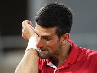 Novak Djokovič si utiera pot z tváre počas štvrťfinále Roland Garros