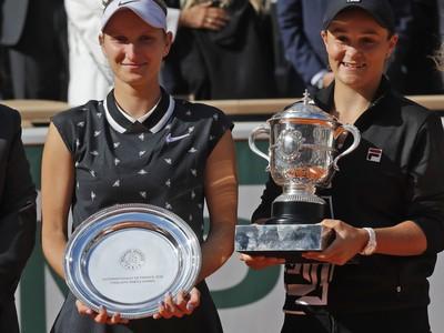 Ashleigh Bartyová a Markéta Vondroušová so svojimi trofejami