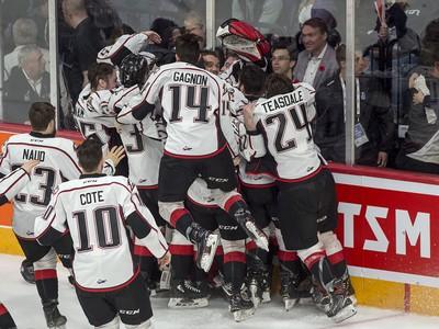 Hráči Rouyn-Noranda Huskies oslavujú