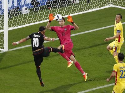 Armando Sadiku strieľa historicky prvý gól Albánska na európskom šampionáte
