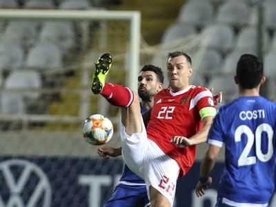Arťom Dziuba (v červenom) bojuje o loptu