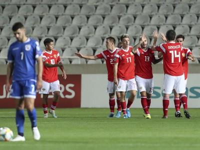 Ruskí reprezentanti oslavujú gól
