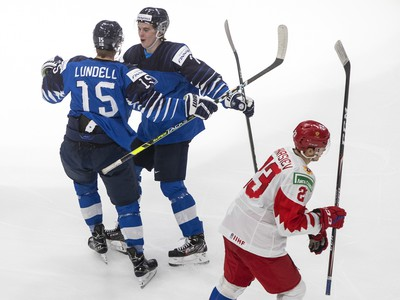Anton Lundell a Topi Niemela sa radujú z gólu